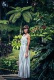 Portret pozuje wśród kwitnącego azjata piękna kobieta kwitnie na Bali wyspie, Indonezja Zdjęcia Royalty Free