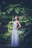 Portret pozuje wśród kwitnącego azjata piękna kobieta kwitnie na Bali wyspie, Indonezja Zdjęcie Royalty Free
