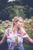 Portret pozuje wśród kwitnącego azjata piękna kobieta kwitnie na Bali wyspie, Indonezja Zdjęcia Stock