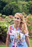 Portret pozuje wśród kwitnącego azjata piękna kobieta kwitnie na Bali wyspie, Indonezja Obrazy Stock