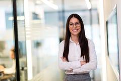 Portret pozuje w biurze młody bizneswoman Obraz Stock