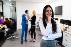 Portret pozuje w biurze młody bizneswoman Zdjęcie Royalty Free