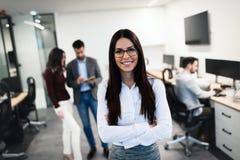 Portret pozuje w biurze młody bizneswoman Zdjęcia Royalty Free