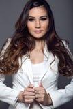 Portret pozuje w pracownianej fotografii ładna młoda kobieta Zdjęcie Stock