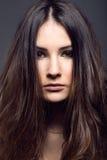 Portret pozuje w pracownianej fotografii ładna młoda kobieta Obrazy Royalty Free