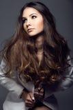 Portret pozuje w pracownianej fotografii ładna młoda kobieta Obraz Stock