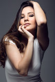 Portret pozuje w pracownianej fotografii ładna młoda kobieta obraz royalty free