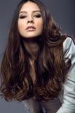 Portret pozuje w pracownianej fotografii ładna młoda kobieta zdjęcia stock