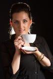 Portret pozuje w studiu z filiżanką coffe piękna kobieta Obrazy Stock