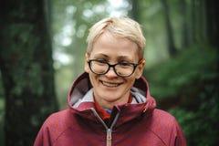 Portret pozytywna starsza kobieta w lesie fotografia stock