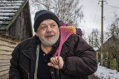 Portret pozytywna Ukraińska chłopska pozycja na wioski ulicie brać torbie z gospodarstwo domowe rzeczami i Obraz Royalty Free