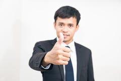 Portret Pozytywny Azjatycki Biznesowy mężczyzna Gestykuluje Ok Szyldowego Na Whi Zdjęcia Royalty Free