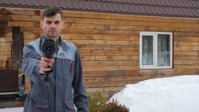 Portret pracownik dom kt?ry wynosi inspekcj? termicznym imager Szuka? straty zbiory wideo