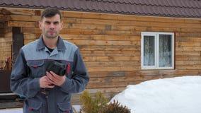 Portret pracownik dom kt?ry wynosi inspekcj? termicznym imager Szuka? straty zbiory