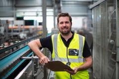 Portret pracownik fabryczny pozycja z schowkiem Obraz Stock