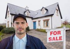 Portret pracownik ochrony pozycja przeciw domowi Obrazy Stock
