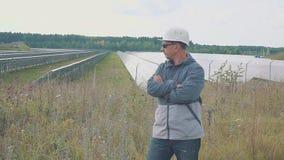 Portret pracownik przy energii słonecznej stacją Ono uśmiecha się i szyldowy sukces zdjęcie wideo