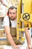 Portret pracownik w joinery przy miejscem pracy - woodworking obraz stock