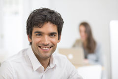 Portret pracuje na komputerze w biurze biznesmen, patrzeje c Obraz Royalty Free