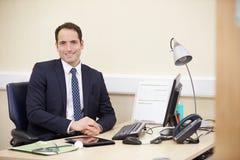 Portret Pracuje Przy biurkiem W biurze Męski konsultant Zdjęcia Royalty Free