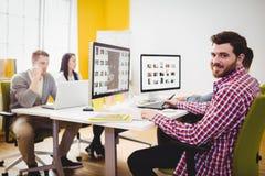 Portret pracuje przy kreatywnie biurem szczęśliwy redaktor Zdjęcia Stock