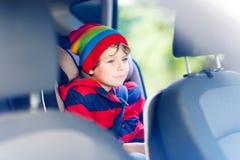 Portret preschool dzieciaka chłopiec obsiadanie w samochodzie Zdjęcia Royalty Free
