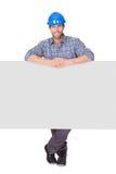 Portret przedstawia pustego sztandar szczęśliwy pracownik zdjęcie royalty free
