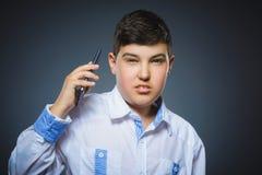 Portret przestępstwo chłopiec z wiszącą ozdobą lub telefonem komórkowym Negatywna ludzka emocja obraz royalty free