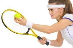 Portret przygotowywający słuzyć piłkę gracz w tenisa Zdjęcia Royalty Free