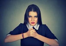 Portret przygotowywający walczyć gniewna kobieta Zdjęcia Royalty Free