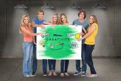Portret przyjaciele gestykuluje na billboardzie z twórczość próbnymi i różnorodnymi ikonami przeciw ścianie obrazy royalty free