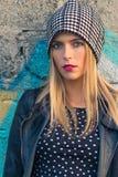 Portret przypadkowa blond dziewczyna opiera przeciw ścianie obraz stock