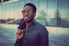 Portret przypadkowa czarna samiec w mieście zdjęcie royalty free