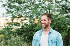 Portret przypadkowi mężczyzna w parku Obrazy Stock