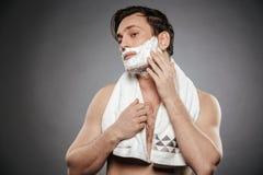 Portret przyrodnia naga dorosła faceta kładzenia golenia piana na twarzy wi fotografia royalty free