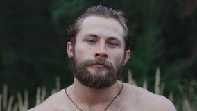 Portret przystojna brodata atleta silnie patrzeje kamerę w stepie zdjęcie wideo