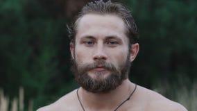 Portret przystojna brodata atleta silnie patrzeje kamerę w stepie zbiory