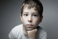 Portret przystojna chłopiec patrzeje w krzywka zdjęcie royalty free