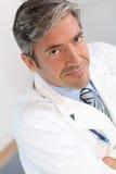 Portret przystojna lekarka Obrazy Stock