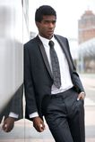 Portret przystojna młoda amerykanina afrykańskiego pochodzenia mężczyzna pozycja w mieście fotografia royalty free