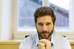 Portret przystojnego modnisia stylu brodaty mężczyzna w biurze Zdjęcie Royalty Free