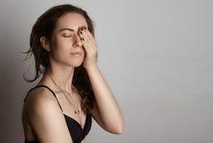 Portret Przystojnej Ładnej młodej kobiety Długie Włosy Pusty Biały tło Piękno, Przygotowywa, mody fotografii ludzie seksowna dzie zdjęcie royalty free