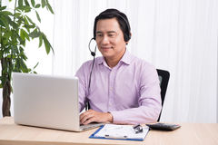 Portret przystojny azjatykci linii specjalnej osoby konsultant jest ubranym hea obrazy stock