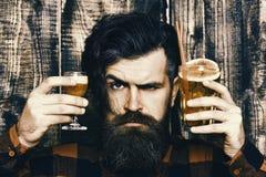 Portret przystojny barman przy pracą Barman z krótkim koktajlem obrazy royalty free