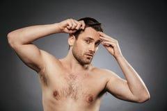 Portret przystojny bez koszuli mężczyzna czesze jego włosy fotografia royalty free