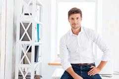 Portret przystojny biznesmen w białej koszula obrazy stock
