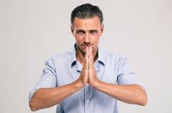 Portret przystojny biznesmena modlenie Obrazy Stock