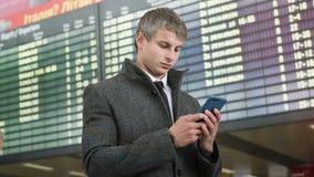 Portret przystojny biznesowy mężczyzna używa smartphone obrazy royalty free