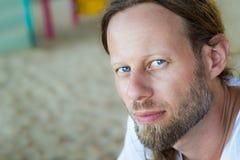 Portret przystojny brodaty mężczyzna zdjęcia royalty free