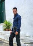 Portret przystojny brodaty mężczyzna być ubranym elegancki odziewa zdjęcia stock